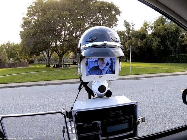 افسر پلیس رباتیک رانندگان را جریمه می نماید